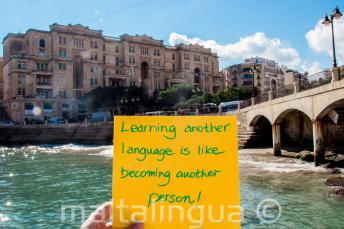 Megtanulni egy új nyelvet olyan, mint egy új személlyé válni. Balluta-öböl, St Julians