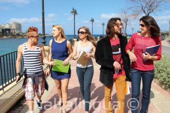 Gyakorold az angolod az rák után is, St Julians Bay-ben, Máltán