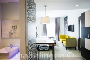 Fürdőszoba és nappali a Valentina hotelben