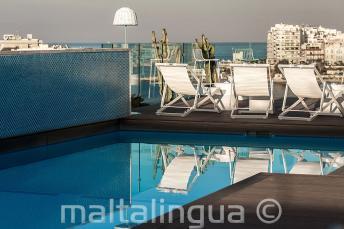 Úszómedence a tetőn bárral, Málta