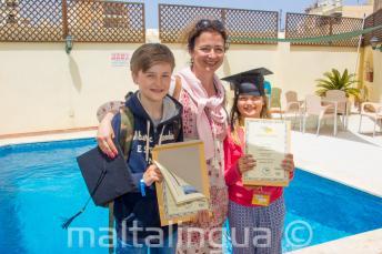 Egy anyuka két gyerekével, akik mindketten sikeresen elvégezték az angol nyelvtanfolyamot