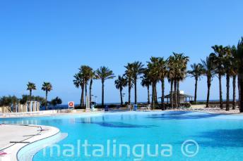A Hilton Malta tengerre néző úszómedencéje