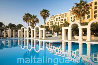 A Hilton külső úszómedencéje in St Julians-ben, Máltán