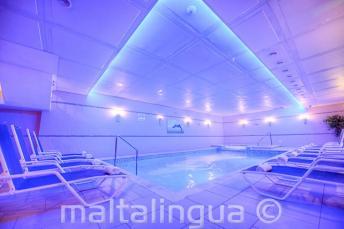 Spa medencével az Alexandra Hotelben, St Julians-ben