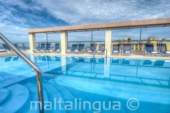A Hotel Alexandra medencéje a tetőteraszon, Málta