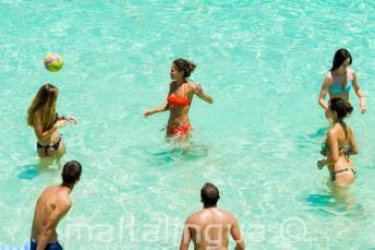 Junior iskolai tanulók röplabdáznak a Blue Lagoon-ban, Máltán