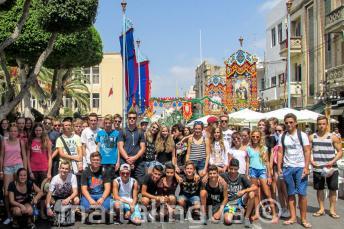 Junior lnyelviskolai tanulók egy falusi ünnepélyen, Máltán