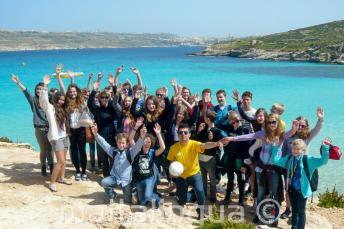 A nyelvitábor tanulóinak egy csoportja kirándul Cominón, Máltán