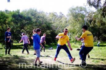 Diákok játszanak a Kennedy Grove parkban, közel a junior diákszállóhoz