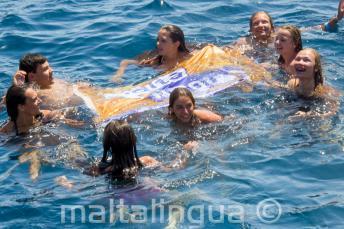 Az angol nyelviskola csoportvezetői a tanulókkal úsznak