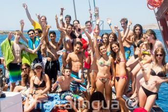 Egy csoport junior nyelviskolai tanuló hajókiránduláson vesznek részt