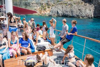 Diákok pihennek a fedélzeten
