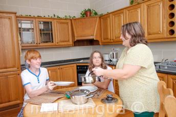 Tanulók vacsoráznak az iskolai befogadócsaládjukkal