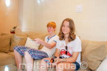 Tanulók ülnek a kanapén a befogadócsalád nyújtotta szálláson