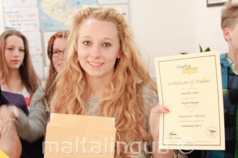 Junior diákok az angol nyelvtanfolyam bizonyítványukkal