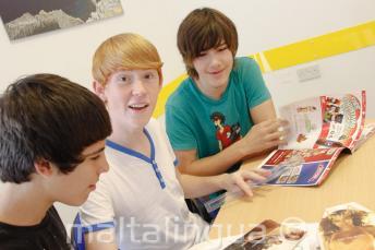 Junior angolul tanuló diákok órai munkát végeznek a nyelvtanfolyamon