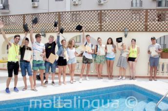 Juniors angol nyelvtanuló diákok kézhez kapják a tanfolyam bizonyítványukat