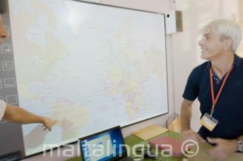 Egy angol tanár a fehértáblára néz