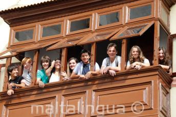 Tinédzser tanulók egy iskolai erkélyen