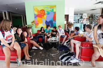 Angolul tanuló diákok a junior iskola diákszállójának társalgójában