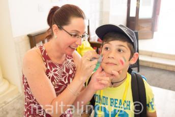 Az egyik munkatársunk arcfestést készít egy gyereknek