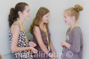 A gyerek program tanulói beszélgetnek a junior iskolában