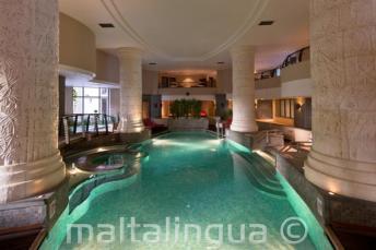 Belső medence és fürdő egy hotelben St Julians-ben, Máltán