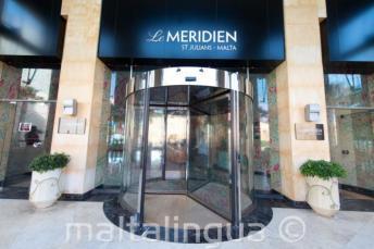 A Le Meridien hotel bejárata St Julians-ben