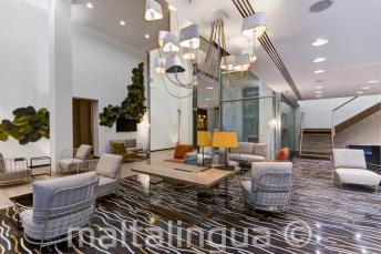 A Hotel Valentina lobby-ja St Julians-ben