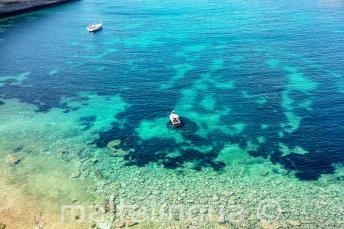 Egy kristálytiszta vízű tengeri öböl látványa Máltán