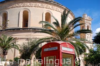 Egy piros telefonfülke a mostai Rotundával szemben