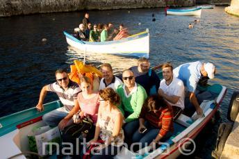 A diákok készen állnak a hajókirándulásra a Blue Grotto-hoz