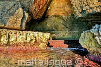 Ragyogó színek a vízben a Blue Grotto-ban