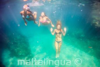 3 barát úszik a víz alatt