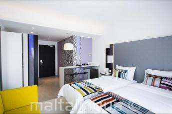 Modern vendégszoba a Hotel Valentinában, Máltán