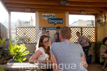 Angolul tanuló diák beszélget a tanárával a tetőteraszon