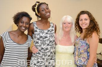 Angol nyelvet tanuló diákok fotózkodnak a vendéglátó családdal