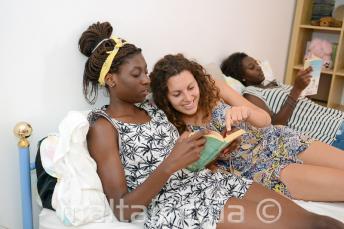 Egy diák könyvet olvas a befogadó család egy tagjával