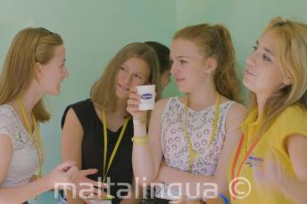A tanár és a csoportvezető a diákokkal beszélget