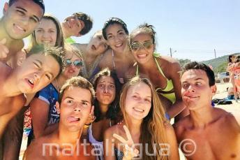 A nyelviskola tanulói grimaszolnak a tengerparton