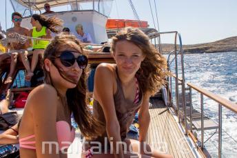 2 tinédzser lány egy hajókiránduláson