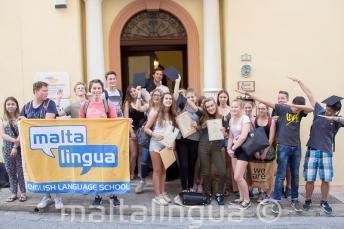 Csoportkép a tinédzser angol nyelvi tanulókról, az iskolánk előtt, Máltán