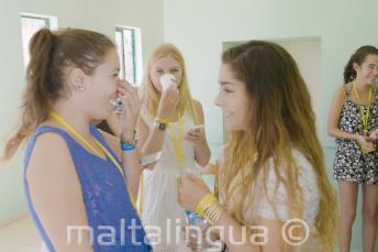 Két angolul tanuló diák beszélget
