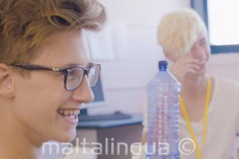 2 fiú nevet az osztályteremben