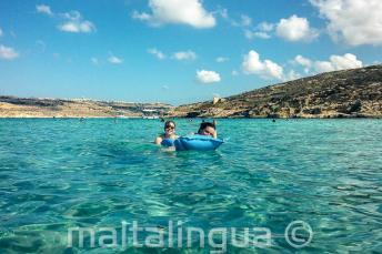 Nyelviskolai diákok úsznak a Kék Lagúnában, Cominón