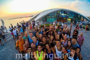 Angolul tanuló diákok bulizni mennek a Cafe del Mar-ba