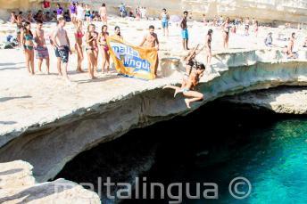 A Maltalingua angol nyelviskola tanulói Szt. Péter medencéjébe ugranak