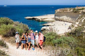 Angolul tanuló diákok látogatása Szt. Péter medencéjénél, Máltán