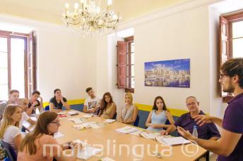 A diákok a tanárt hallgatják az angolórán