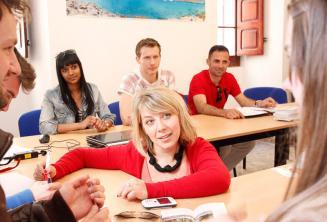 Nyelvtanárunk órát tart a nyelviskolában